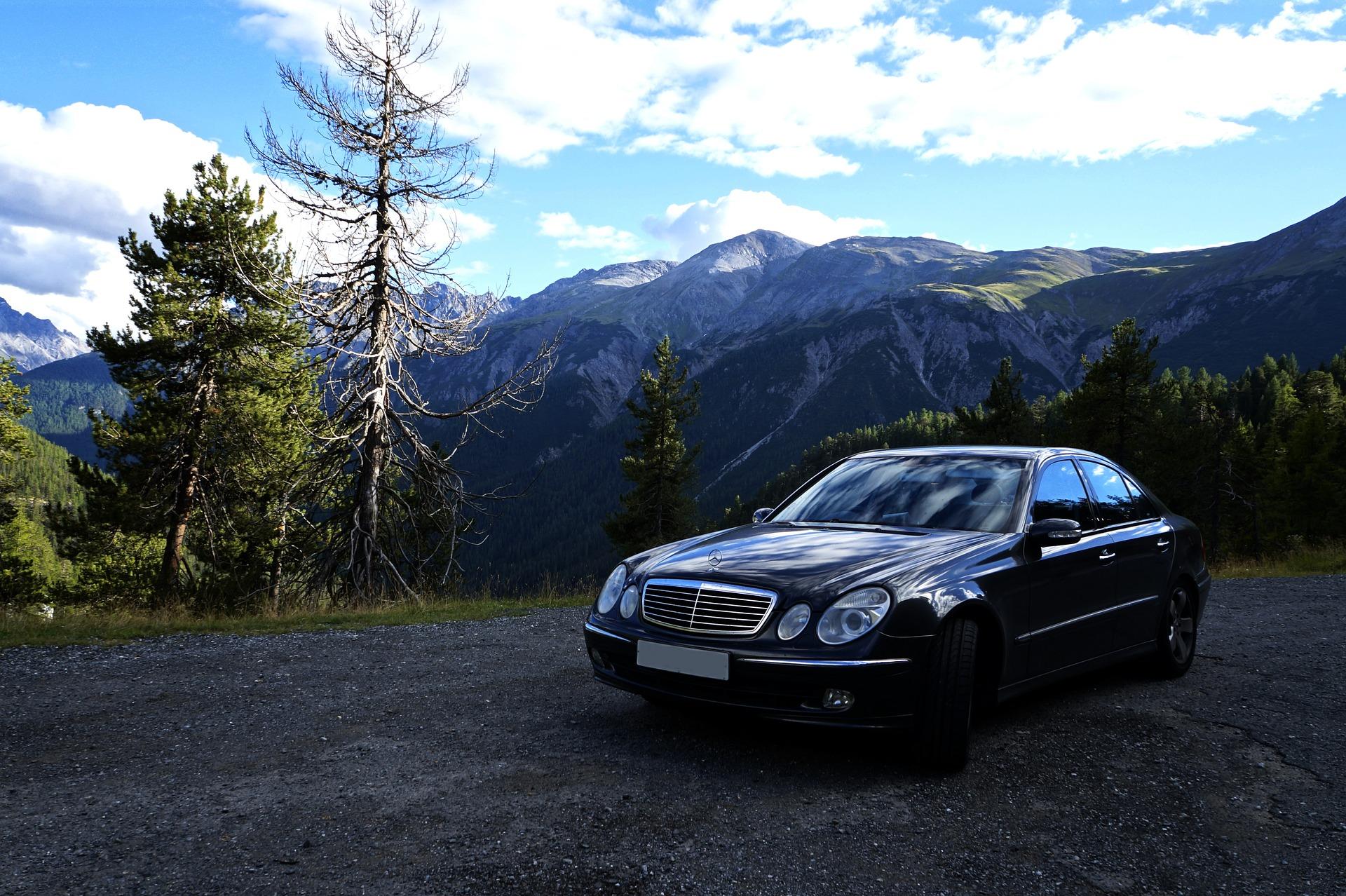 wypożyczalnia samochodów luksusowych oferująca auta marki mercedes